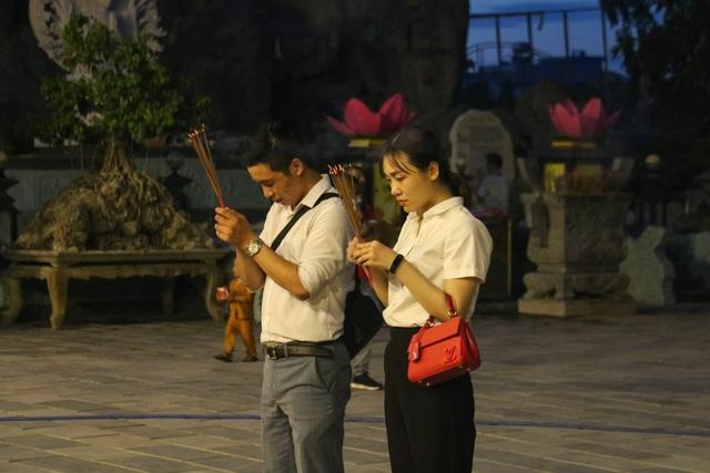 Người dân đổ về các chùa dự lễ Vu lan báo hiếu - 3