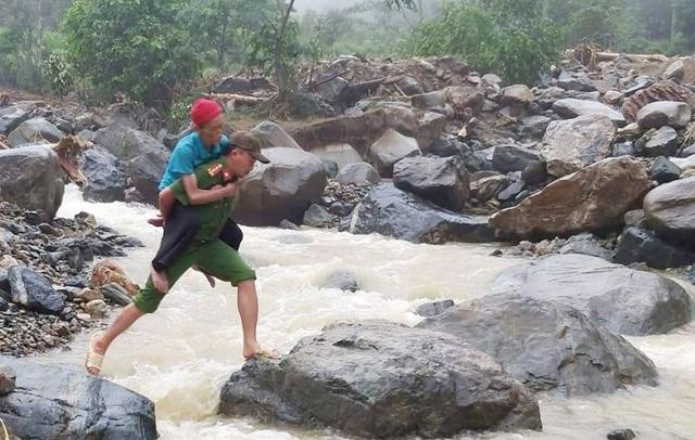 Đại úy công an nén nỗi đau mất người thân, giúp dân trong mưa lũ - 3