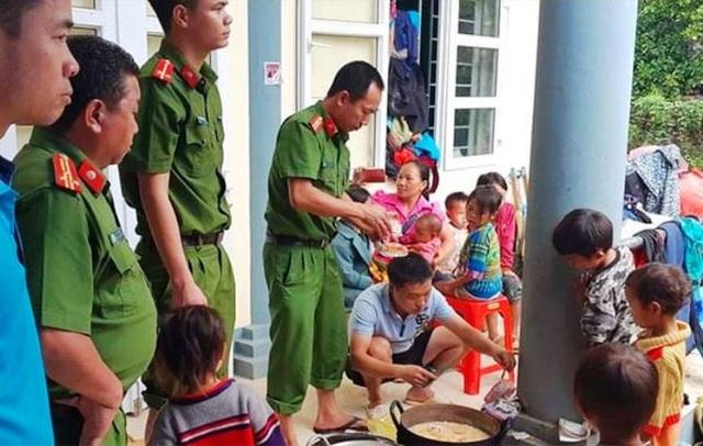 Đại úy công an nén nỗi đau mất người thân, giúp dân trong mưa lũ - 4