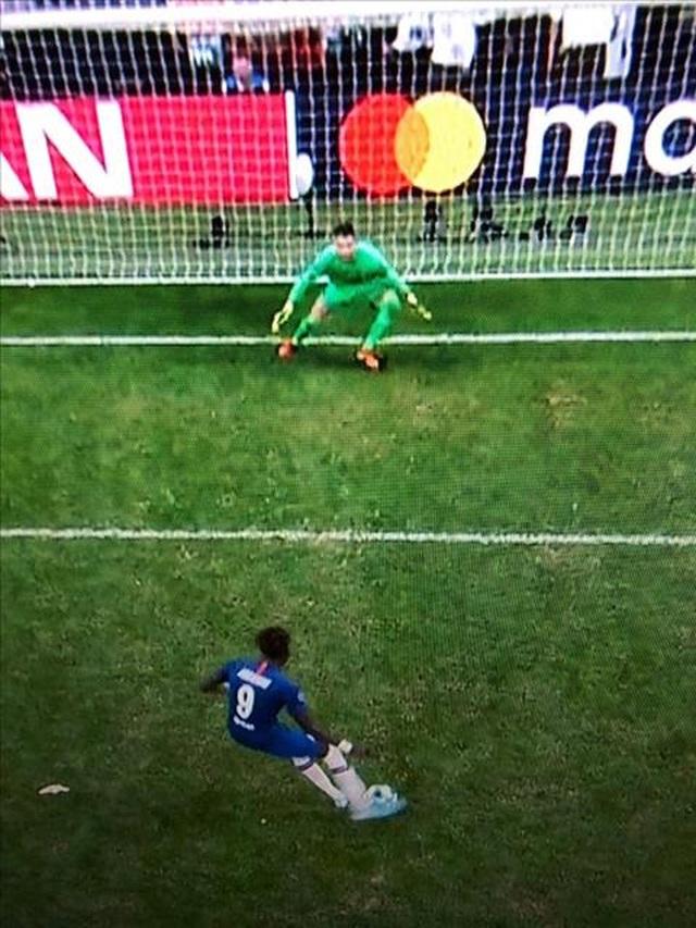 Adrian cản phá sút luân lưu sai luật, CĐV Chelsea đòi đá lại siêu cúp châu Âu - 3