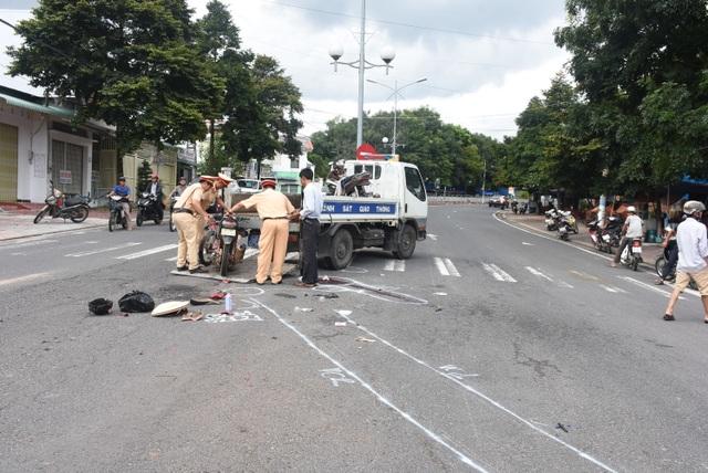 Hai xe máy đối đầu, 1 người tử vong, 2 người bị thương nặng - 1