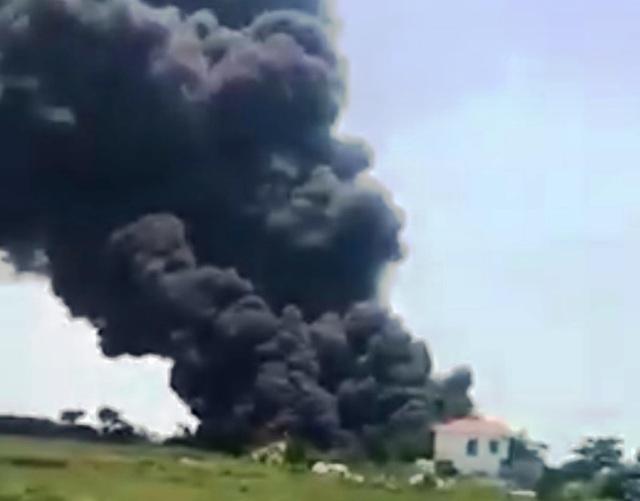 Xưởng sơ chế phế liệu bất ngờ bốc cháy dữ dội  - 1