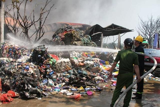 Xưởng sơ chế phế liệu bất ngờ bốc cháy dữ dội  - 2