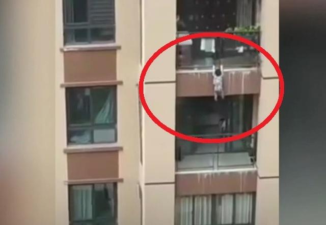 Clip khoảnh khắc bé 3 tuổi treo lủng lẳng rồi ngã từ tầng 5 gây sốc cư dân mạng - 1