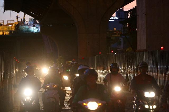 Giao thông chật vật qua những công trường đường trên cao ở Hà Nội - 8