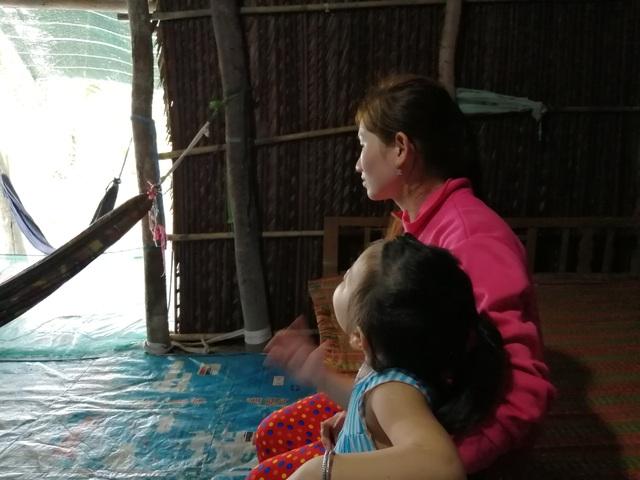 Xót thương cảnh vợ chồng Út Nhớ ôm con thơ trong lều bạt vượt qua cơn bão số 3 - 17