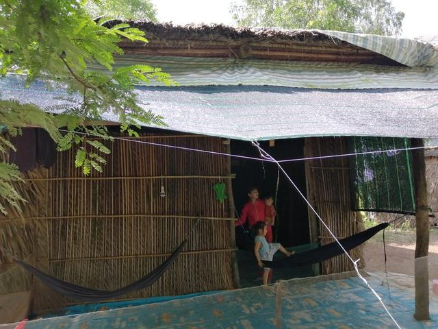 Xót thương cảnh vợ chồng Út Nhớ ôm con thơ trong lều bạt vượt qua cơn bão số 3 - 1