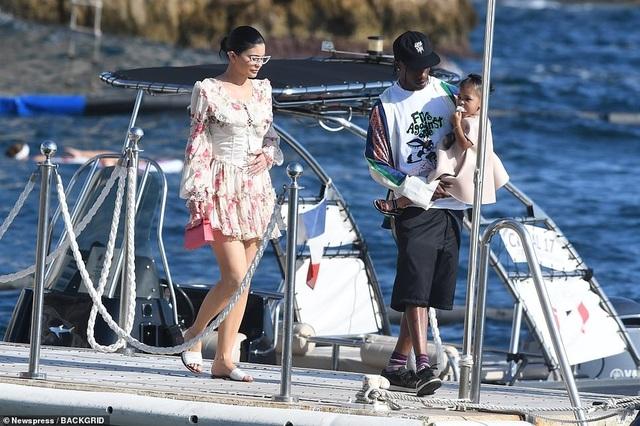 Kylie Jenner duyên dáng đi chơi cùng bạn trai - 9