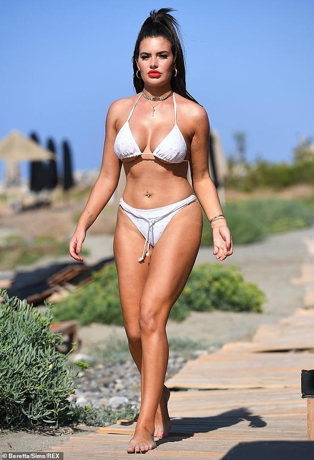 Megan Barton bốc lửa với bikini trắng - 3