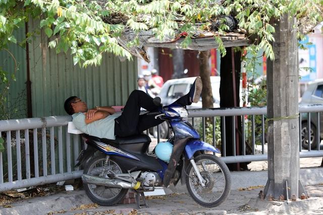 Hà Nội: Ngột ngạt trong ngày nắng nóng - 13