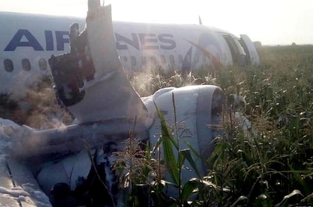 Video chim lao vào động cơ làm máy bay Nga chở 233 người tiếp đất bằng bụng - 8