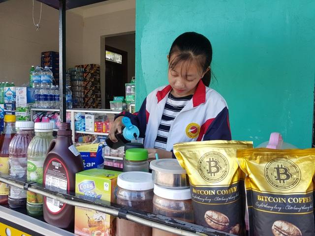 Khát khao trở thành cô giáo, nữ sinh nhà nghèo nuôi gà, bán cà phê gom góp tiền công để nhập học - 1