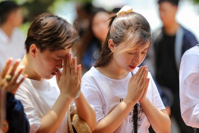 Hà Nội: Dân công sở đội nắng 40 độ C đi lễ rằm tháng bảy - 10