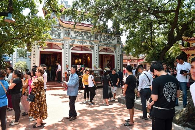 Hà Nội: Dân công sở đội nắng 40 độ C đi lễ rằm tháng bảy - 1