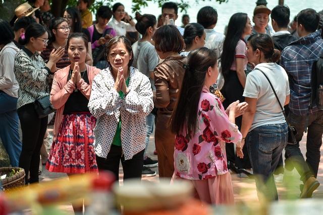 Hà Nội: Dân công sở đội nắng 40 độ C đi lễ rằm tháng bảy - 6