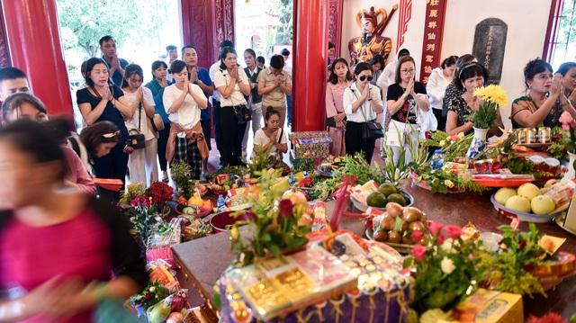 Hà Nội: Dân công sở đội nắng 40 độ C đi lễ rằm tháng bảy - 3