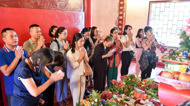 Hà Nội: Dân công sở đội nắng 40 độ C đi lễ rằm tháng bảy - 5