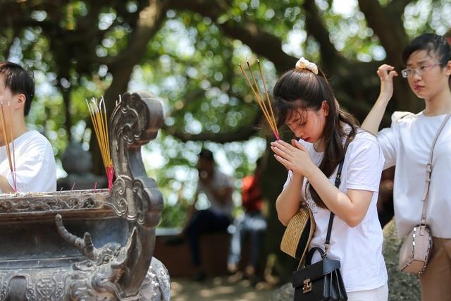 Hà Nội: Dân công sở đội nắng 40 độ C đi lễ rằm tháng bảy - 8