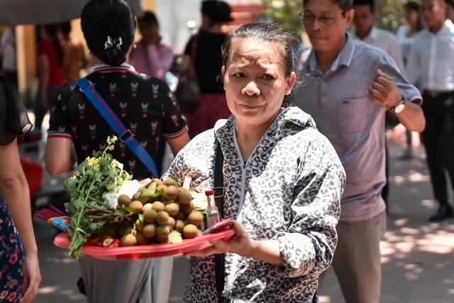 Hà Nội: Dân công sở đội nắng 40 độ C đi lễ rằm tháng bảy - 7