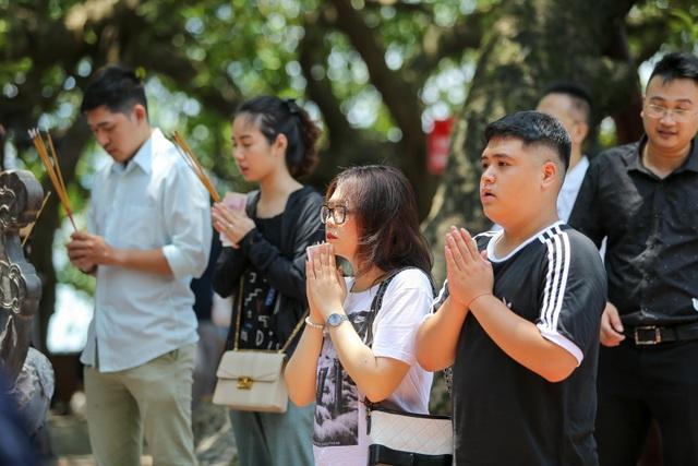 Hà Nội: Dân công sở đội nắng 40 độ C đi lễ rằm tháng bảy - 11