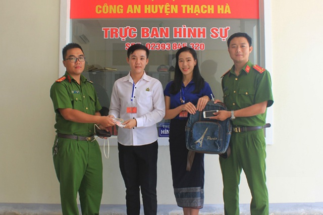 Hai sinh viên Lào cảm ơn Công an Việt Nam khi nhận lại tài sản bị đánh cắp - 2