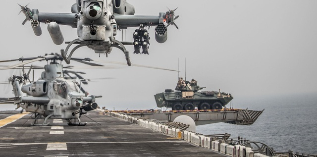 """Nguyên nhân Mỹ bất ngờ """"xích"""" xe thiết giáp lên boong tàu chiến ở vùng Vịnh - 1"""