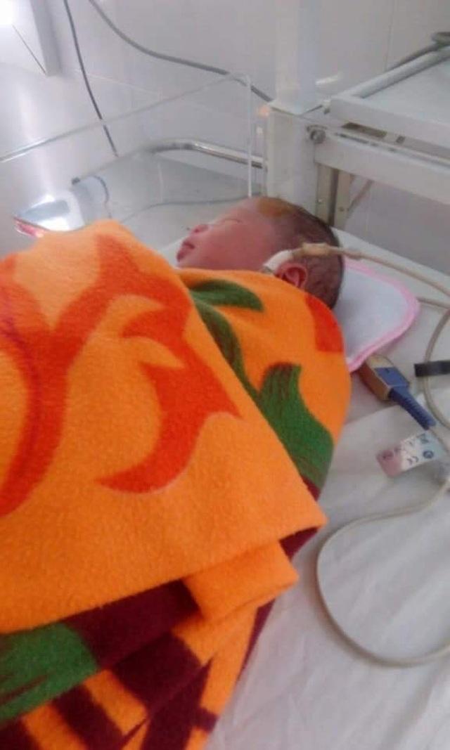 Người phụ nữ phát hiện bé trai sơ sinh bị bỏ bên đường - 1