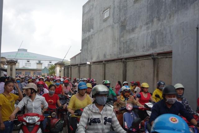 """Vụ chủ doanh nghiệp Đài Loan """"mất tích"""": Công nhân đội nắng, mưa chờ tin - 3"""