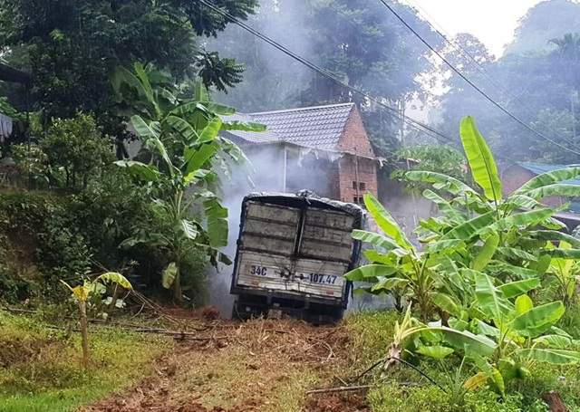 Xe tải tông vào nhà dân, 2 người tử vong - 1