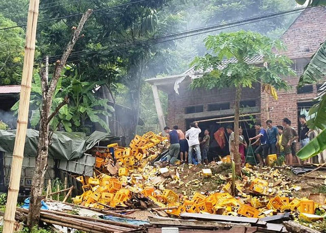 Xe tải tông vào nhà dân, 2 người tử vong - 4