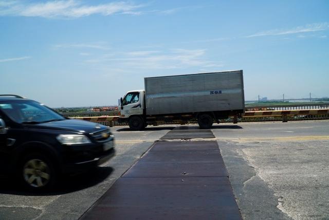 Hà Nội: Hiện trạng mặt đường cầu Thăng Long xuống cấp thảm hại - 3