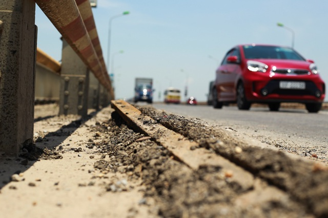 Hà Nội: Hiện trạng mặt đường cầu Thăng Long xuống cấp thảm hại - 4