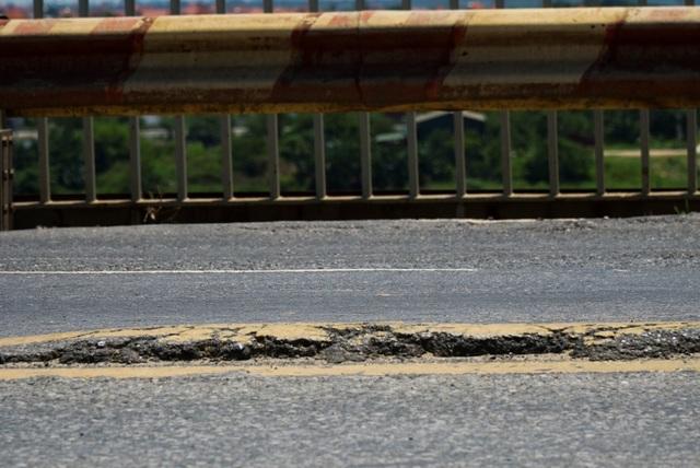 Hà Nội: Hiện trạng mặt đường cầu Thăng Long xuống cấp thảm hại - 5