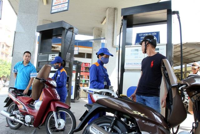 Giá xăng dầu tiếp tục giảm kể từ chiều nay - 1