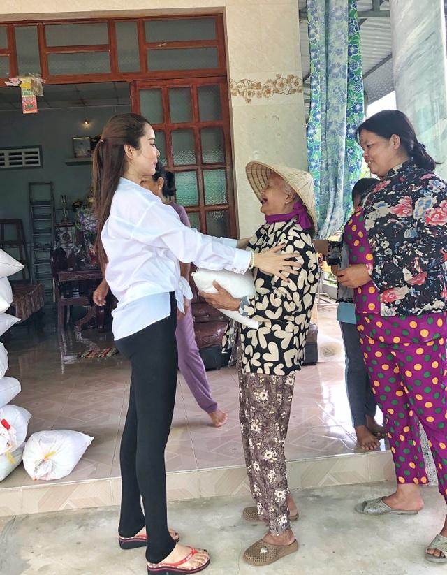 Hoa hậu Huỳnh Vy mang gạo tặng các cụ già nhân mùa Vu Lan báo hiếu - 3