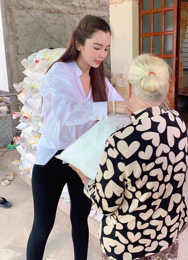 Hoa hậu Huỳnh Vy mang gạo tặng các cụ già nhân mùa Vu Lan báo hiếu - 1
