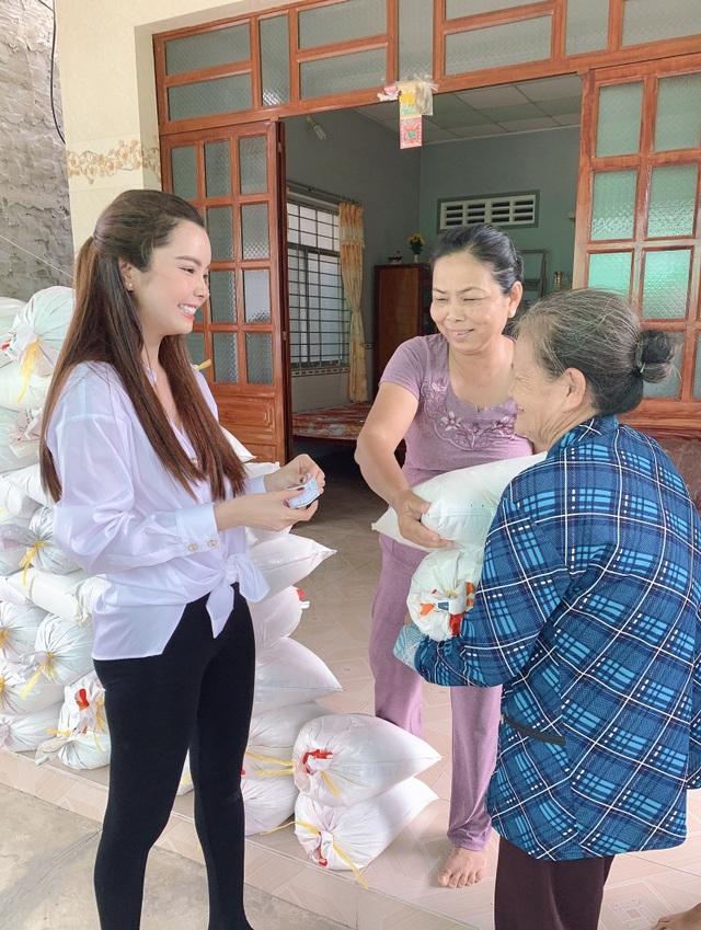 Hoa hậu Huỳnh Vy mang gạo tặng các cụ già nhân mùa Vu Lan báo hiếu - 2