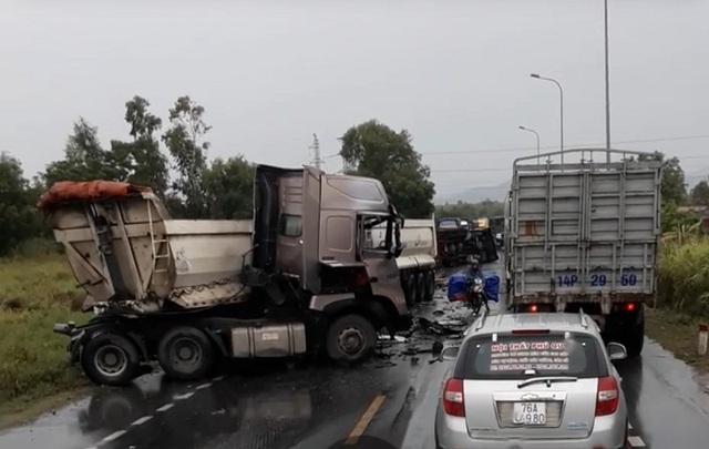 Container và 2 đầu kéo tông nhau liên hoàn, quốc lộ 1 ách tắc - 1