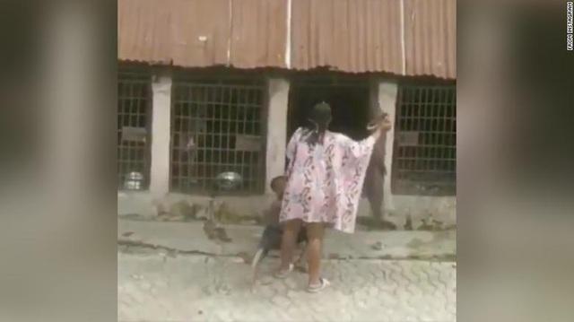 Người phụ nữ bị bắt vì đánh và nhốt trẻ em trong chuồng chó