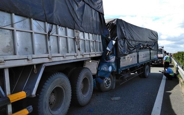 Xe tải tông đuôi xe tải trên cao tốc, tài xế tử vong trong cabin - 1