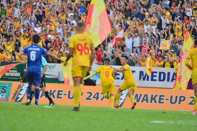 Sân Thiên Trường mất điện, Nam Định thua Quảng Nam phút cuối - 2