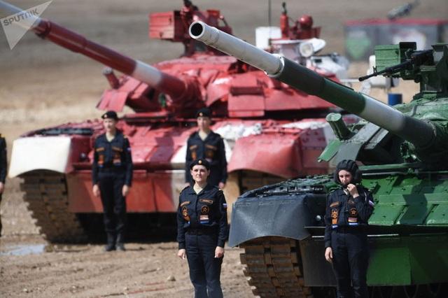 Những bóng hồng tại giải đua xe tăng hàng đầu thế giới - 2