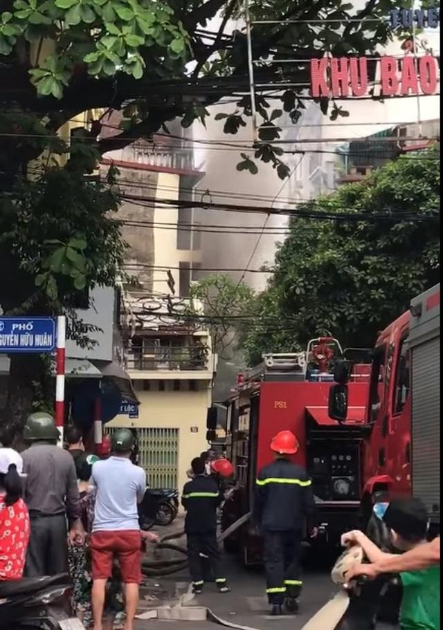 Cửa hàng ăn uống bốc cháy ngùn ngụt trên phố cổ Hà Nội - 1