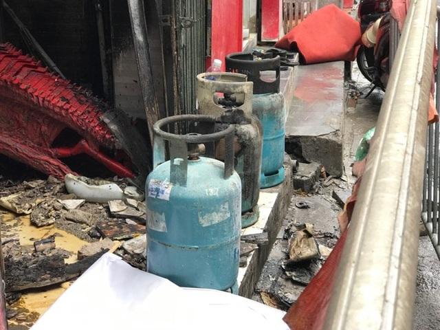Cửa hàng ăn uống bốc cháy ngùn ngụt trên phố cổ Hà Nội - 5