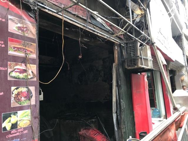 Cửa hàng ăn uống bốc cháy ngùn ngụt trên phố cổ Hà Nội - 4