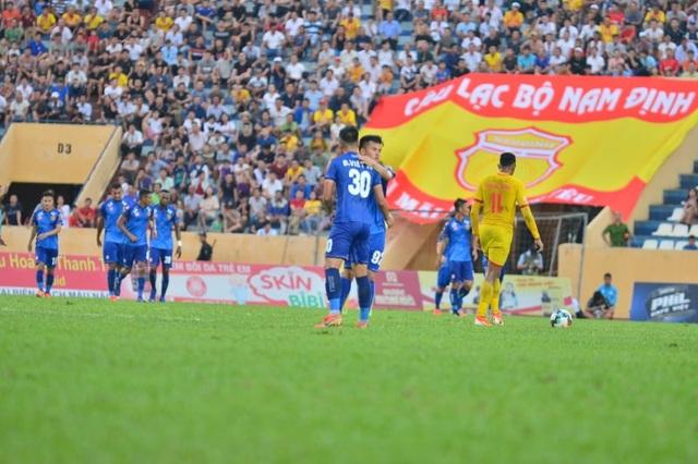 Sân Thiên Trường mất điện, Nam Định thua Quảng Nam phút cuối - 1