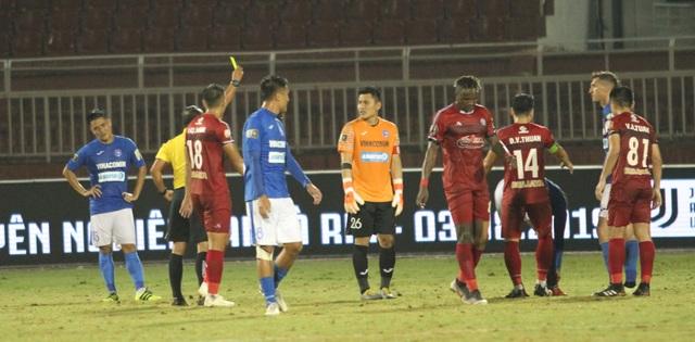 CLB TPHCM thắng Than Quảng Ninh trong trận cầu trọng tài liên tục bị phản ứng - 3