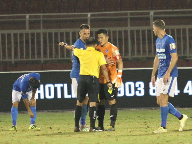 CLB TPHCM thắng Than Quảng Ninh trong trận cầu trọng tài liên tục bị phản ứng - 8