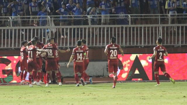 CLB TPHCM thắng Than Quảng Ninh trong trận cầu trọng tài liên tục bị phản ứng - 6