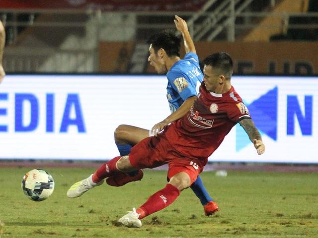 CLB TPHCM thắng Than Quảng Ninh trong trận cầu trọng tài liên tục bị phản ứng - 2
